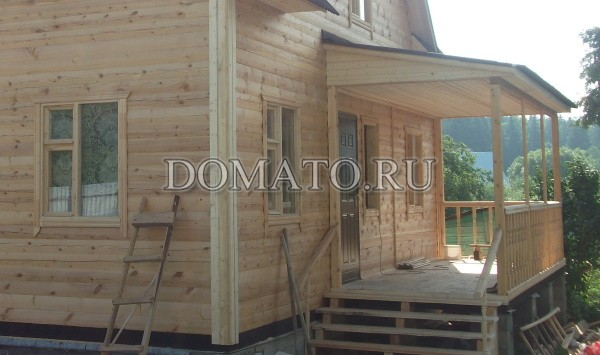Открытая терраса к деревянному дому