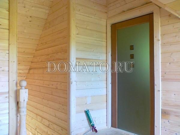 стеклянная дверь в деревяном доме