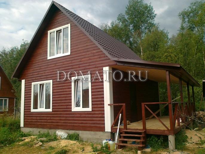 Дачный дом с двухскатной крышей и террасой